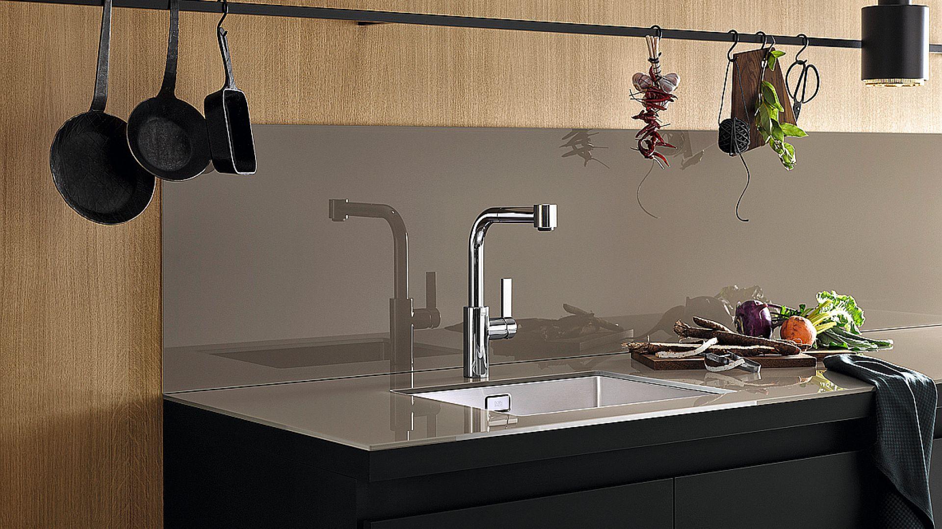 Touch Flow – zlewozmywak z polerowanej stali nierdzewnej wyróżnia się doskonałym systemem odpływowym. Innowacyjny zawór montowany jest bezpośrednio w przelewie i obsługiwany przez dotknięcie płytki przelewowej. Fot. Dornbracht