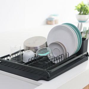 Sink Side – standardowa suszarka na zlew z oddzielną tacą ociekową, dzięki której twoje naczynia będą bezpieczne, a blat suchy. Dzięki wyjmowanemu koszykowi na sztućce z łatwością włożysz je z powrotem do szuflady. Fot. Brabantia