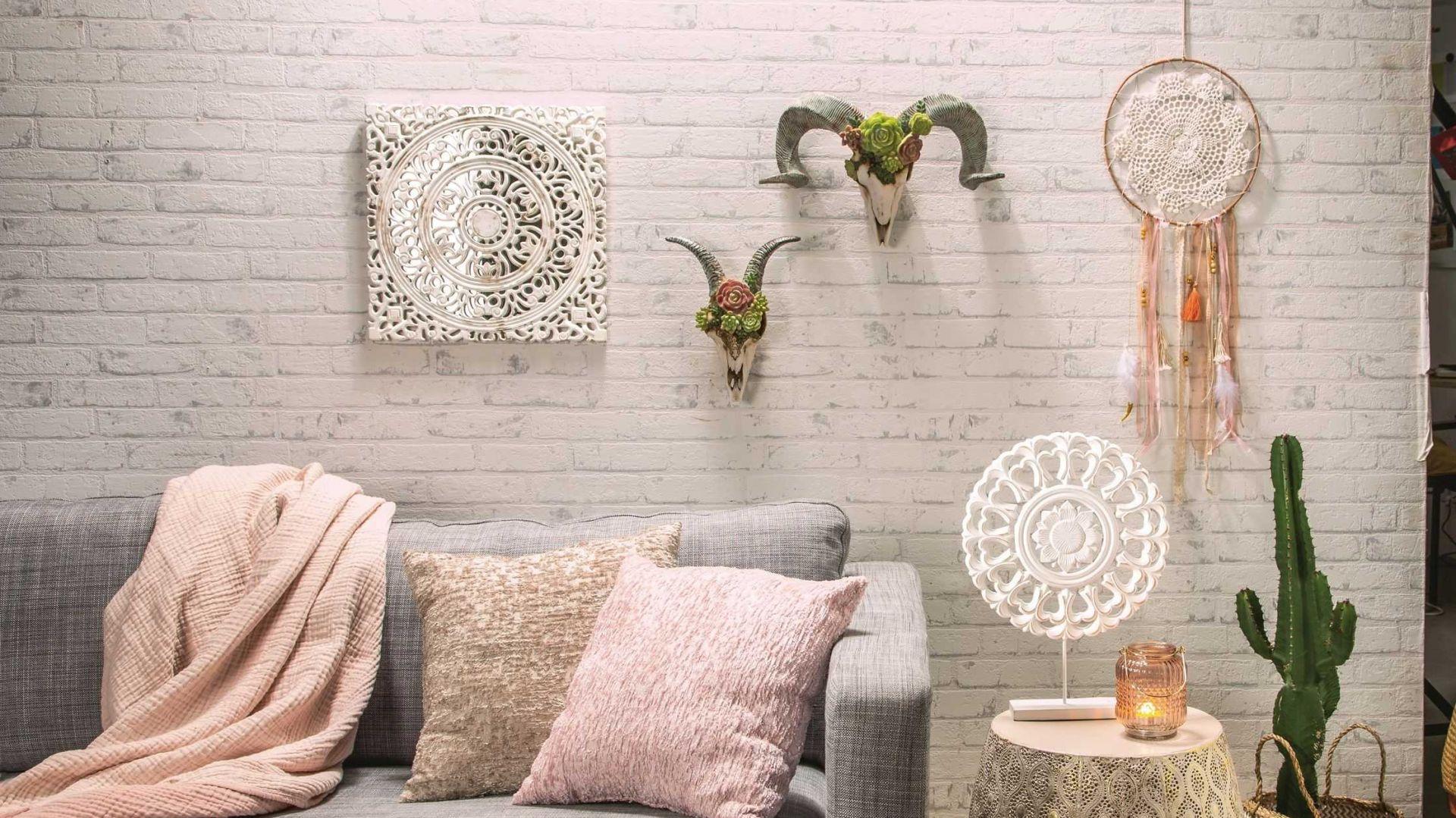 Styl boho to bogate wnętrza pełne miękkich materiałów, mebli z egzotycznego drewna i orientalnych, połyskujących wzorów. Fot. KiK