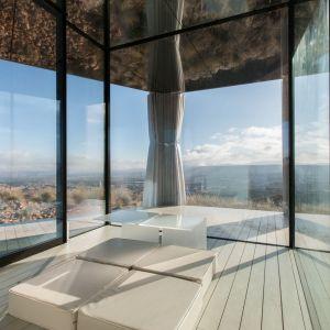 """""""Dom na Pustyni"""" powstał na drewnianej podstawie, otoczonej szkłem Guardian Glass. Fot. Gonzalo Botet, na zlecenie Guardian Glass"""