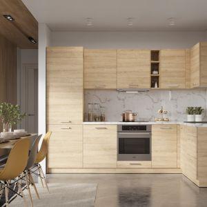 OLIWIA  – meble kuchenne w kolorze jasnego drewna. Przeszklone fronty w szafkach górnych pozwalają wyeksponować ulubione przedmioty. Fot. Stolkar