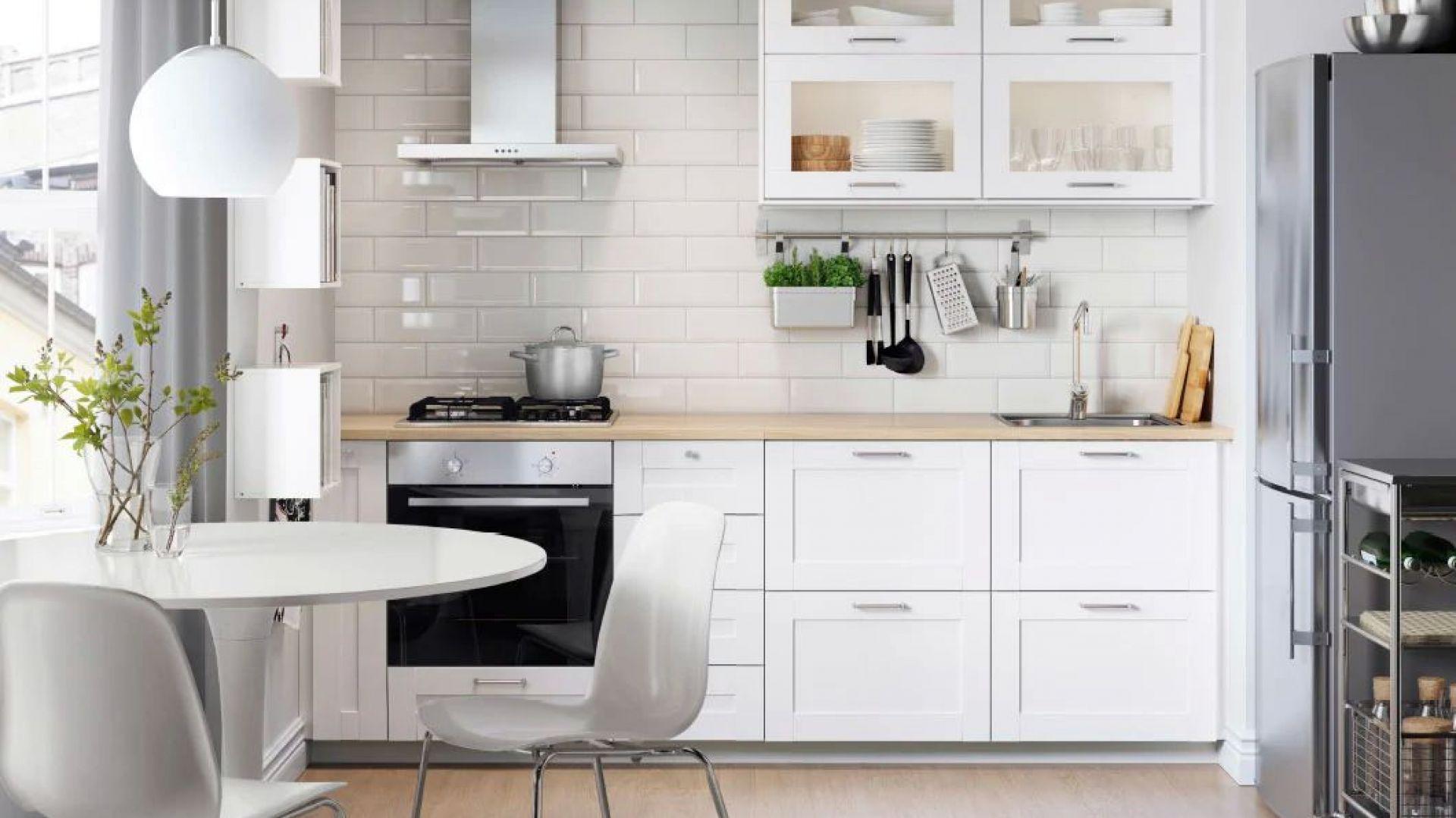 SÄVEDAL – doskonały przykład ponadczasowego, klasycznego skandynawskiego designu. Fronty mają szeroką ramę, która tworzy wyrazisty wzór wokół drzwiczek. Z tymi frontami stworzysz jasną, tradycyjną kuchnię, mającą w sobie dużo życia i dynamiki. Fot. IKEA