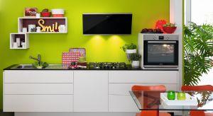 W małej kuchni sprzęty powinny być ograniczone do minimum. Piekarnik, płyta, okap i lodówka to jednak te elementy wyposażenia, z których nie możemy zrezygnować. Wybierając wielofunkcyjne modele dodamy kuchni funkcjonalności.