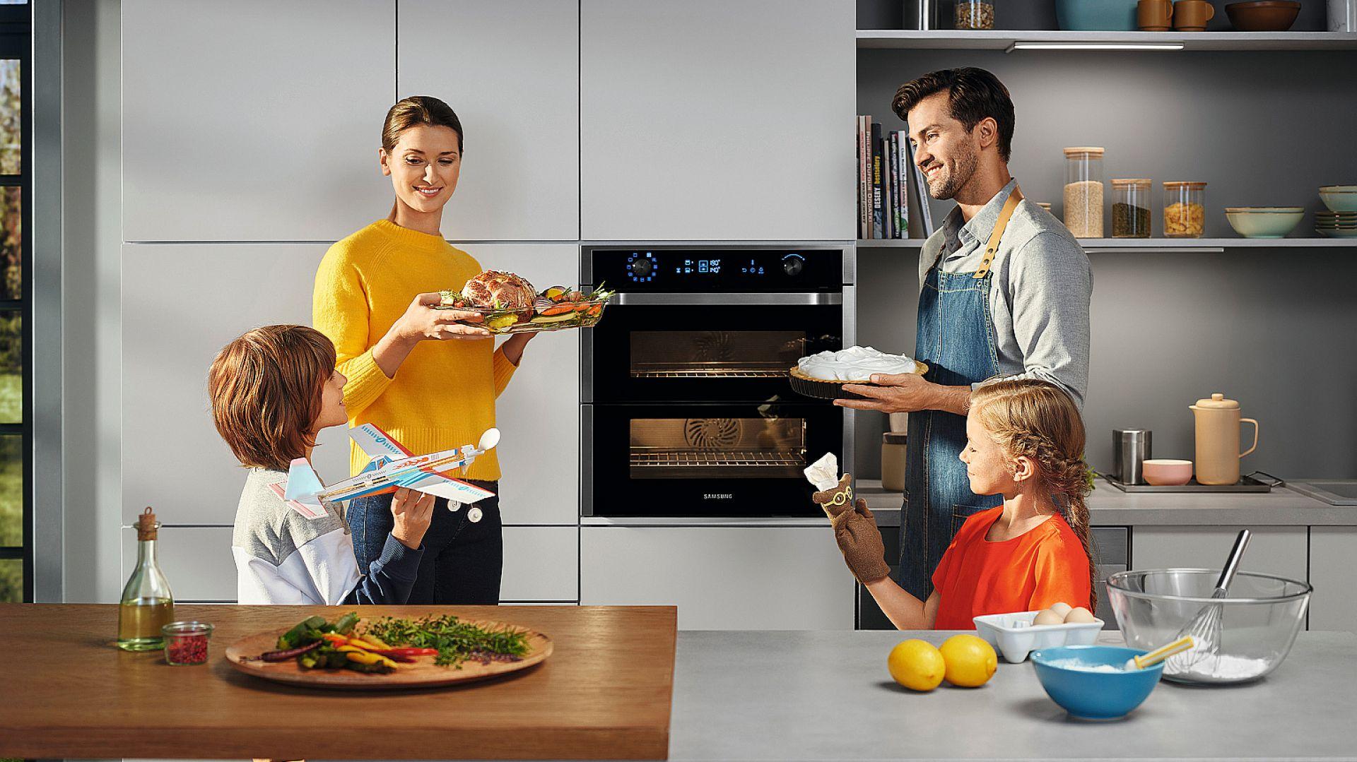DUAL COOK - piekarnik, którego wnętrze można podzielić na dwie komory i ustawić w nich dwa niezależne tryby oraz odmienne temperatury. Dzięki dzielonym drzwiom możemy np. doglądać pieczeń bez ryzyka, że rosnący na dole sernik utraci ciepło i opadanie. Fot. Samsung