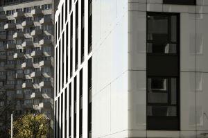 Architektom udało się umiejętnie połączyć inspiracje historyczne ze współczesnymi trendami w architekturze. Budynek jest więc jasny, błyszczący, oszczędny w formie. Podobnie jak secesyjna kamienica - nie ma balkonów. Projekt: Tremend. Fot. Yassen Hristov