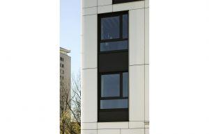 Przeszklenia sprawiają, że budynek wygląda lekko i zgrabnie. Dzięki wielu oknom optycznie zaciera się granica między wnętrzem, a przestrzenią na zewnątrz. Projekt: Tremend. Fot. Yassen Hristov