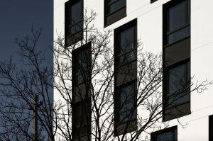 Elewacja hotelu nie jest monotonna. Ożywiają ją wielkie okna w ciemnych grafitowych ramach. Projekt: Tremend. Fot. Yassen Hristov