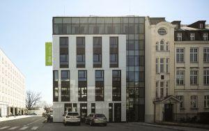 Projektując bryłę budynku architekci Tremend skupili się przede wszystkim na wizualnym połączeniu nowego hotelu i przylegającego do niego secesyjnego budynku, wzniesionego w 1915 r. i przypominającego typową wielkomiejską kamienicę przykrytą mansardowym dachem. Projekt: Tremend. Fot. Yassen Hristov