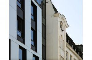 Ściana ze szkła na wysokości dachu łączy się z poziomym przeszklonym pasem większych szyb, który wizualnie nawiązuje do mansardy sąsiedniego budynku. Projekt: Tremend. Fot. Yassen Hristov