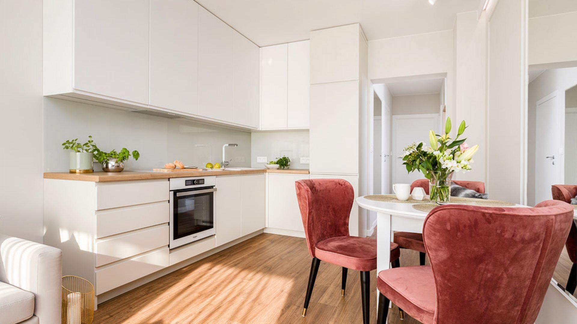 Salon połączony z kuchnią i jadalnią. Projekt: Joanna Nawrocka. Fot. Łukasz Bera