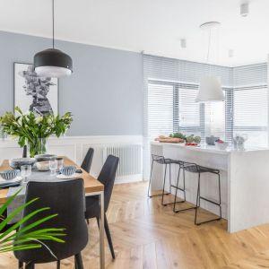 Salon połączony z kuchnią i jadalnią. Projekt: Decoroom. Fot. Pion Poziom