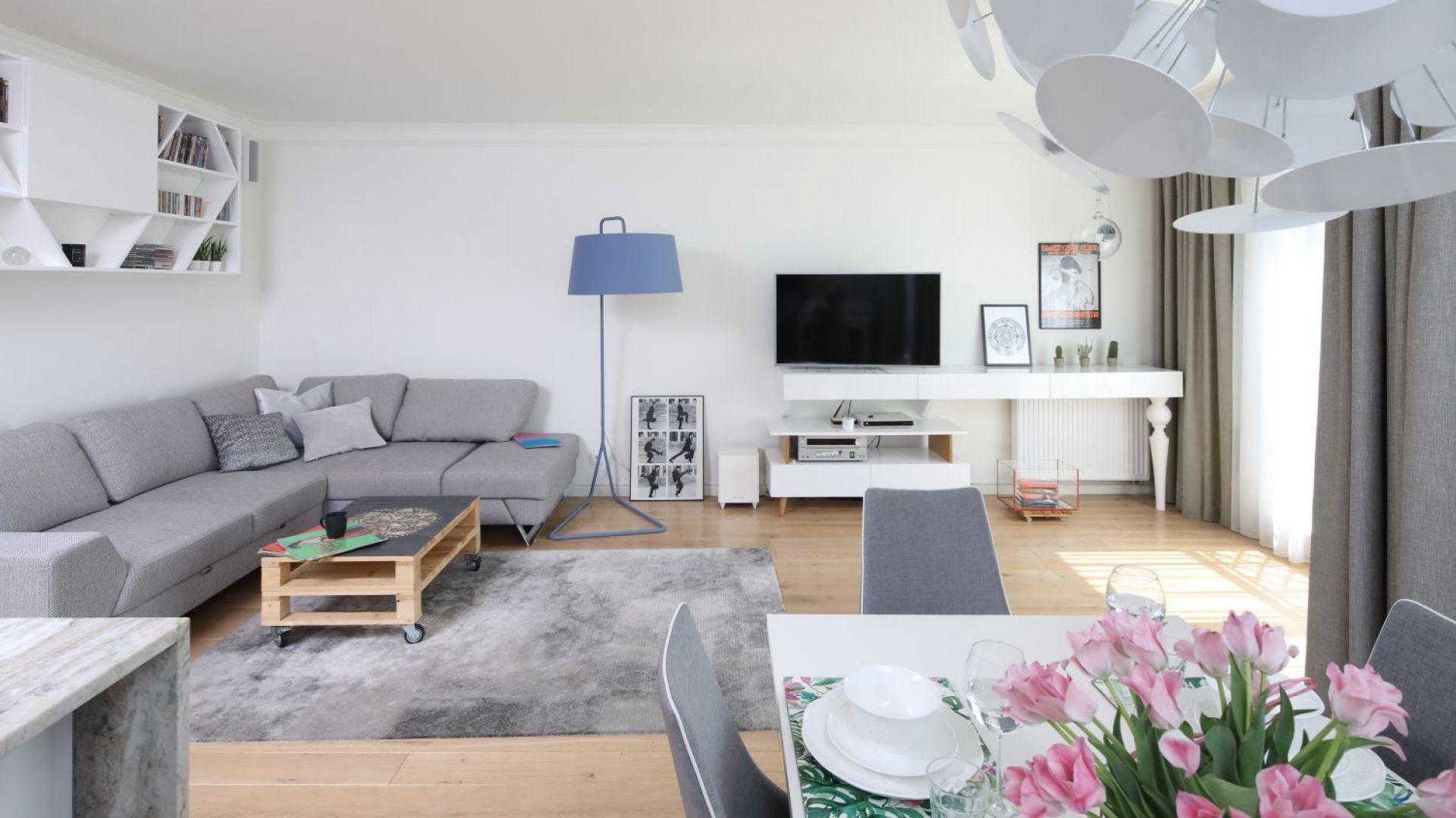 Salon połączony z kuchnią i jadalnią. Projekt: Laura Sulzik. Fot. Bartosz Jarosz