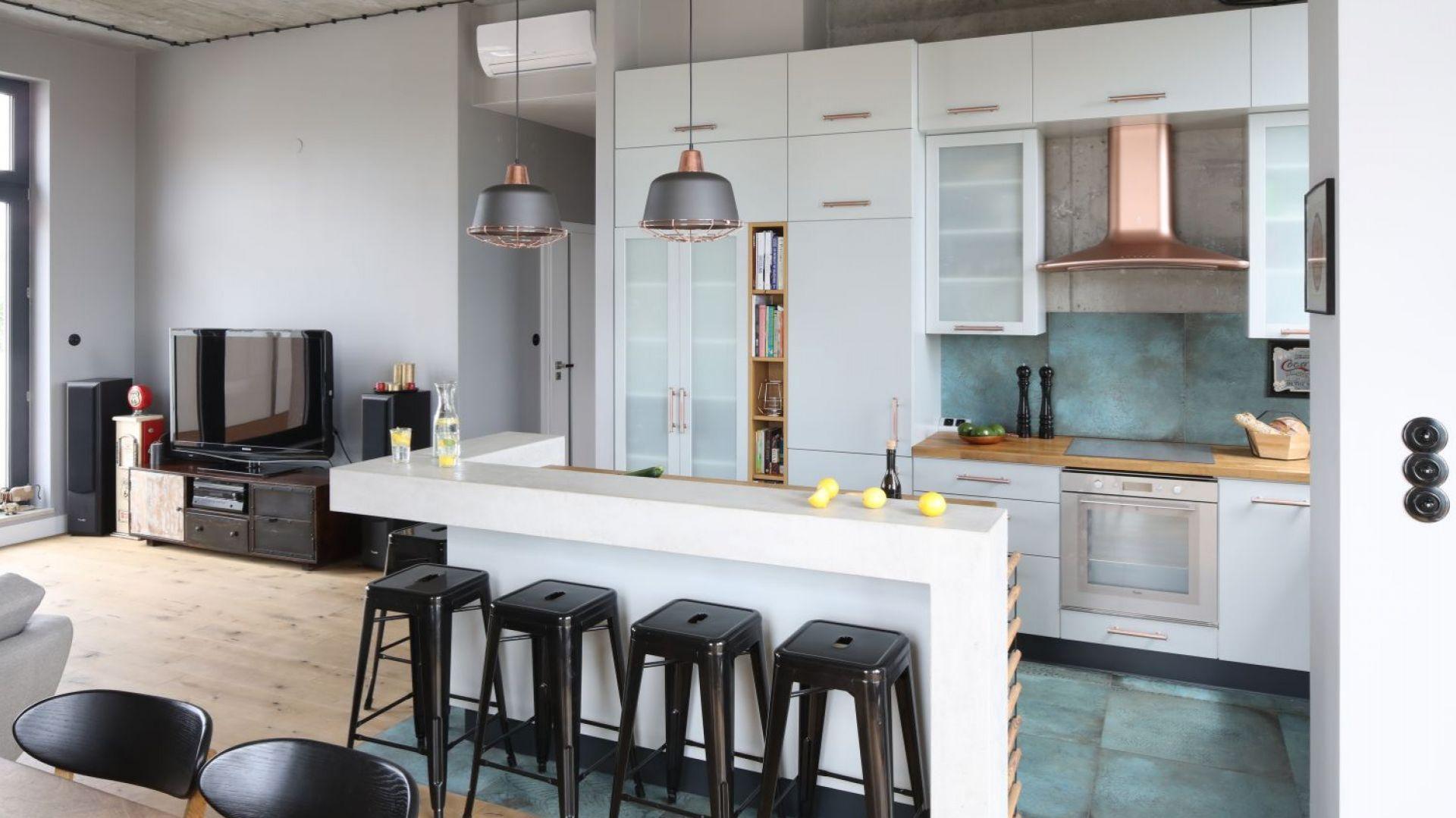 Salon połączony z kuchnią i jadalnią. Projekt: Maciejka Peszyńska-Drews. Fot. Bartosz Jarosz