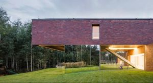Dom jednorodzinny, w którym parter jest spójną częścią otaczającego ogrodu powstał w Katowicach. Bryła domu i materiały nawiązują do lokalnej tradycji śląskich familoków, budowanych z czerwonej cegły z dwuspadowym dachem krytym papą.