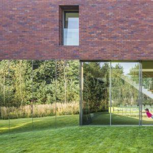 Pod 15-metrowym wysięgiem piętra powstał living-garden – przestrzeń dzienna w pełni zintegrowana z ogrodem. Fot. Jakub Certowicz