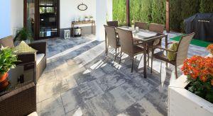 Uniwersalny materiał na nawierzchnieto sposób na stworzenie wymarzonego i pięknego ogrodu. Warto wykorzystać jegoo ascetyczną oraz symetryczną formę.