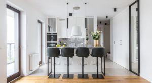 Wystrój mieszkania na warszawskiej Woli tworzy ciekawy miks stylów spiętych klamrą koloru – wyróżniającą się barwą jest tu niebieski w estetycznym otoczeniu bieli, szarości i akcentów czerni.