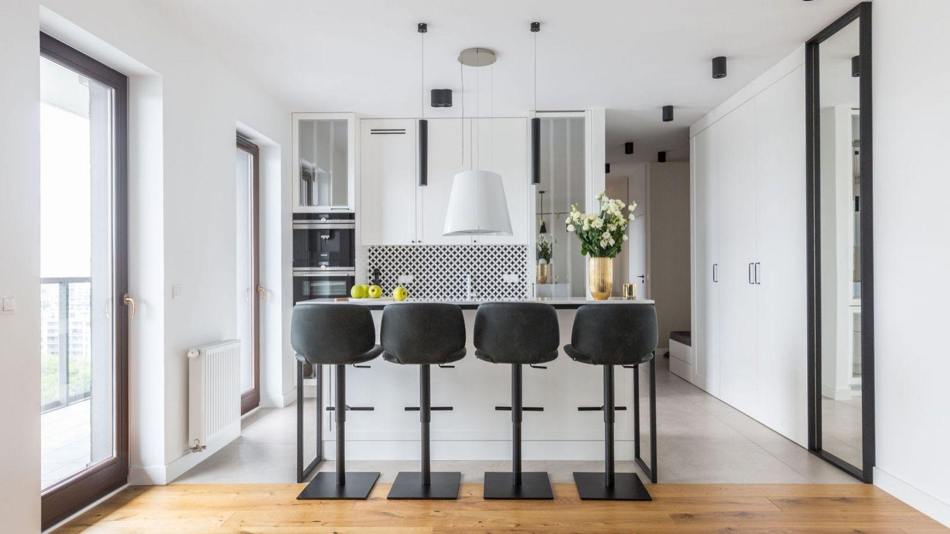 Jasny, przestronny apartament wygląda elegancko, przytulnie i nowocześnie. Mimo stylistycznej mieszanki wystrój jest spójny. Projekt i zdjęcia: Decoroom