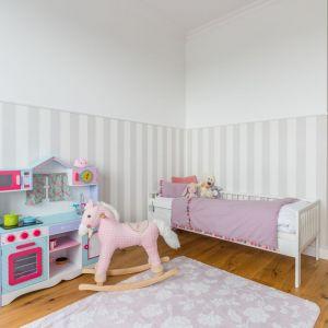 Aranżacja dziecięcego pokoju bazuje na wyważonym połączeniu pudrowego różu i jasnych szarości. Projekt i zdjęcia: Decoroom