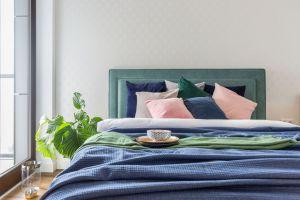 Sypialnia nawiązuje kolorystycznie do aranżacji salonu - tu również prym wiedzie kolor niebieski. Projekt i zdjęcia: Decoroom