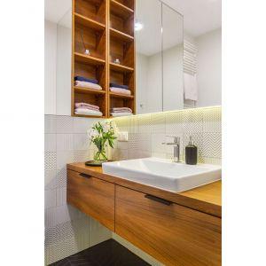 W drugiej łazience swoje miejsce znalazł styl skandynawski. Projekt i zdjęcia: Decoroom