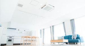 Dostępne dziś na rynku klimatyzatory są nie tylko efektywne energetycznie, ale także pracują znacznie ciszej niż ich poprzednicy, co poprawia komfort i wygodę użytkowników. Zanim jednak zaczniemy cieszyć się kojącym chłodem podczas upalnych d