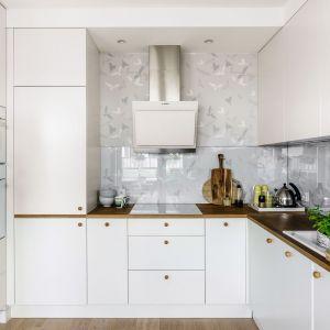 Pomysł na ścianę nad blatem w kuchni. Projekt: Joanna Morkowska-Saj. Fot. Foto&Mohito