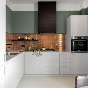 Pomysł na ścianę nad blatem w kuchni. Projekt i zdjęcia: Finchstudio