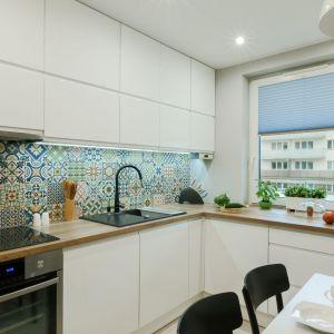 Pomysł na ścianę nad blatem w kuchni. Projekt: Justyna Mojżyk. Fot. Monika Filipiuk-Obałek