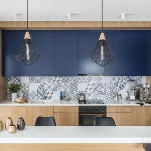 Pomysł na ścianę nad blatem w kuchni. Projekt: Magdalena Bielicka, Maria Zrzelska-Pawlak. Fot. Foto&Mohito