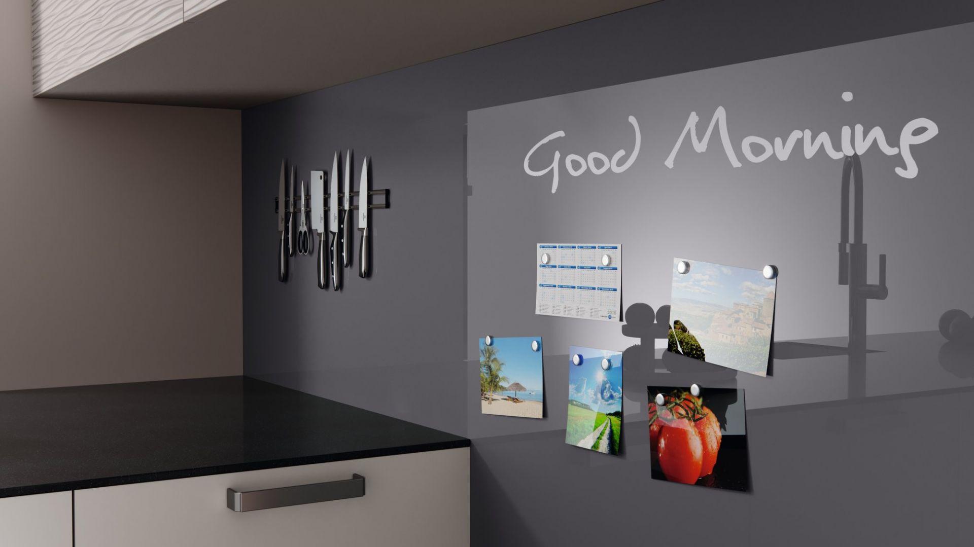 Polimerowe szkło nad kuchennym blatem. Fot. REHAU