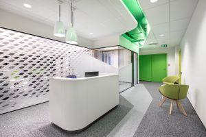 Właścicielom bardzo zależało na tym, aby nowe biuro było zarówno przyjazne i komfortowe dla pracowników, jak również, by pokazywało skandynawskie korzenie firmy. Projekt: Massive Design. Fot. Szymon Polanski
