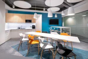 Ponieważ dobrze funkcjonujące biuro jest również pochodną dobrze funkcjonujących relacji między ludźmi, centralnym punktem biura musiała zostać kuchnia. Projekt: Massive Design. Fot. Szymon Polanski
