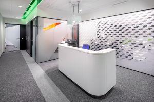 Projektanci posługiwali się więc możliwie najprostszymi środkami wyrazu architektonicznego stawiając na naturalną kolorystykę i kierując się w stronę prostych i funkcjonalnych rozwiązań meblowych. Projekt: Massive Design. Fot. Szymon Polanski
