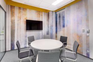 Wszystkie sale konferencyjne oraz pomieszczenie kuchenki wyposażono w ścianki szklane o podwyższonej izolacyjności akustycznej, a prowadzące do nich drzwi w progi samoopadające. Projekt: Massive Design. Fot. Szymon Polanski
