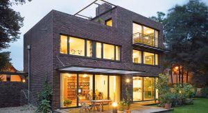 Wybierając projekt domu warto zwrócić uwagę na właściwe rozmieszczenie okien względem stron świata. Odpowiednie zaplanowanie okien pozwoli nie tylko idealnie doświetlić dom, ale także optymalnie korzystać z energii słonecznej, co pozwoli obni