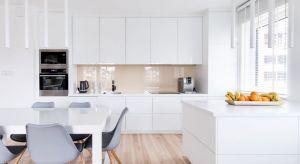 Pomimo zmieniających się trendów, stylizacji i inspiracji, białe kuchnie wciąż nie wychodzą z mody. Jak biała porcelana, sąponadczasowe, uniwersalne i niewymuszenie eleganckie. Jak zaaranżować białą kuchnię, aby była jeszcze piękniejsza?