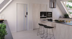 Czerń i biel to klasyczne kolory, które stanowią bazę do zaaranżowania przestrzeni ze smakiem. Wprowadzają do domów niewymuszoną elegancję oraz pięknie łączą się z drewnianymi i kamiennymi elementami wykończenia.