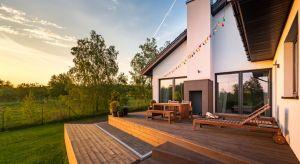 Każdy może zbudować prosty taras na wylewce czy wyłożyć powierzchnię balkonu deskami. Wystarczą odpowiednie materiały, trochę sprzętu, podstawowa wiedza budowlana i oczywiście - solidna dawka chęci.Sprawdź, jak samodzielnie i niskim koszte