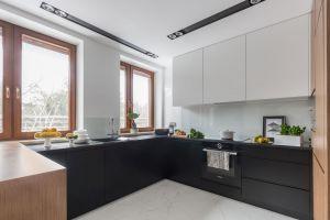 Integralną częścią całej strefy dziennej jest kuchnia, która, ze względu na otwarty charakter, musiała bazować na tych samym kolorach, co reszta apartamentu. Projekt: Decoroom. Fot. i stylizacja: Marta Behling / Pion Poziom Fotografia Wnętrz