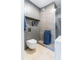 Mieszkanie ma dwie łazienki. Pierwsza, prywatna, w pełni nawiązuje do wystroju sypialni. Projekt: Decoroom. Fot. i stylizacja: Marta Behling / Pion Poziom Fotografia Wnętrz