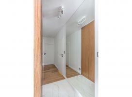 Przestrzeń apartamentu zyskała wyraźny podział na część dzienną i prywatną, które łączy korytarz. Projekt: Decoroom. Fot. i stylizacja: Marta Behling / Pion Poziom Fotografia Wnętrz