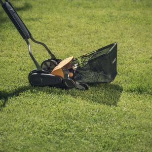 Otoczenie domu. Praktycznie narzędzia do pielęgnacji trawy. Fot. Fiskars