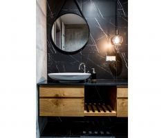 Konsekwencję stylistyczną w aranżacji apartamentu widać również w łazience. Projekt i zdjęcia: Deer Design