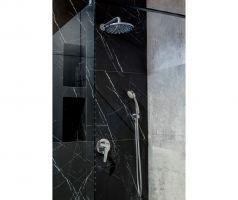 Dla rozjaśnienia łazienki na ścianach pojawiły się również szare płytki imitujące beton. Projekt i zdjęcia: Deer Design