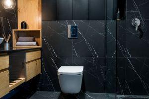 W łazience wykorzystano te same co w kuchni płytki imitujące marmur. Projekt i zdjęcia: Deer Design