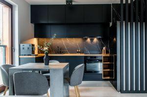 Czerń to kolor kojarzony z elegancją, luksusem, wyrafinowaniem i szykownością. Projekt i zdjęcia: Deer Design