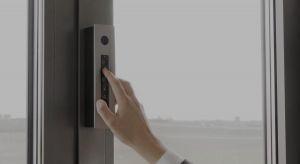 Okno otwierane za pomocą pilota lub aplikacji na telefonie? Wszystko dzieje się w pełni zautomatyzowany sposób, a uchylanie okna można zaprogramować w cyklach lub uruchomić zdalnie, np. przed powrotem do domu.