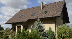 Wybór dobrej dachówki cementowej może wydawać się trudnym zadaniem. Poszczególne modele różnią się bowiem nie tylko kształtem, rozmiarem czy kolorem, ale także wieloma parametrami technicznymi, które wpływają na ich walory użytkowe.