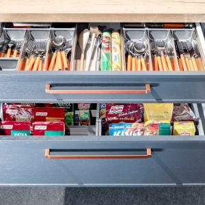 W systemie KAMmoduł Premium w niskiej szufladzie zmieszczą się sztućce i drobne akcesoria kuchenne, a w większej - naczynia czy zapasy spożywcze. Fot. KAM